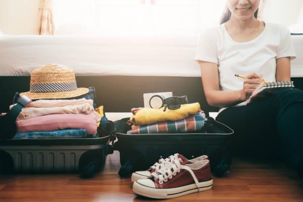 휴가 또는 여행을 위한 준비. - 짐 싸기 뉴스 사진 이미지