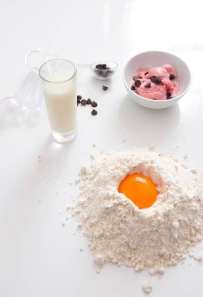 vorbereitung eines kuchens mit erdbeereis auf hölzernen weißen hintergrund - kochen mit oliver stock-fotos und bilder