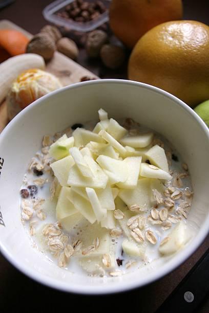 Vorbereitung einen gesunden Bircher Müsli – Foto