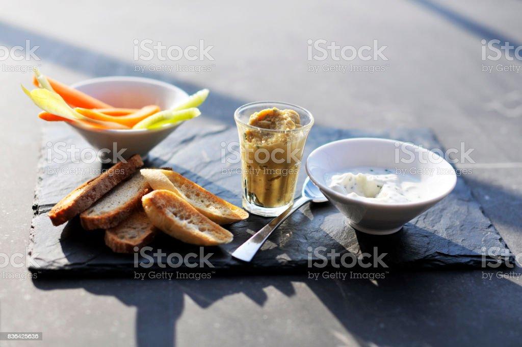 Préparation apéritifs sur ardoise stock photo