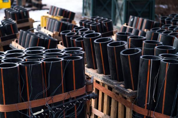 Vorbereitung der großen Feuerwerk-Show mit Rohren, die mit Schießpulver und elektrischem Draht auf dem Boden gefüllt sind. Feuerwerksfest, Unterhaltung, Gefahr. 4. Juli – Foto