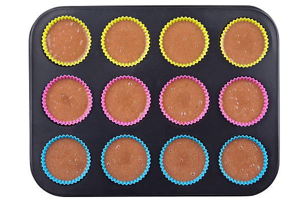 vorbereitung der schokoladen-muffins - zinn hochzeit stock-fotos und bilder