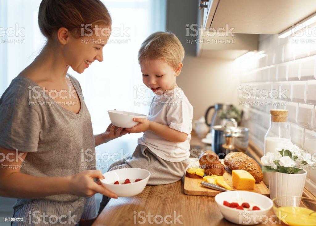 Zubereitung von Frühstück mit der Familie. Mutter und Sohn Kochen Brei Morgen baby – Foto