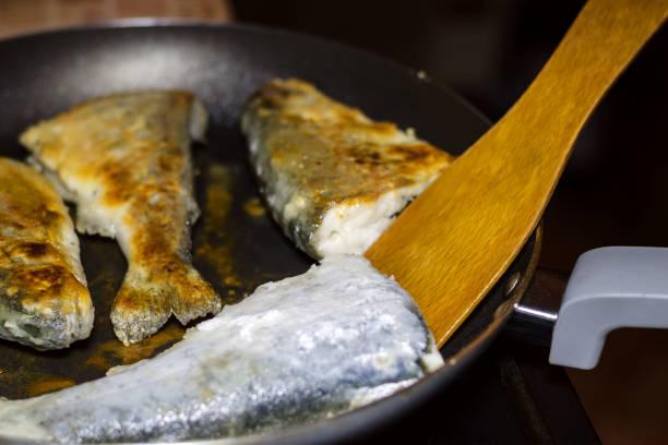 beredning av hemmagjord stekt fisk kummel på en stekpanna. begreppet naturlig matlagning. - frying pan bildbanksfoton och bilder