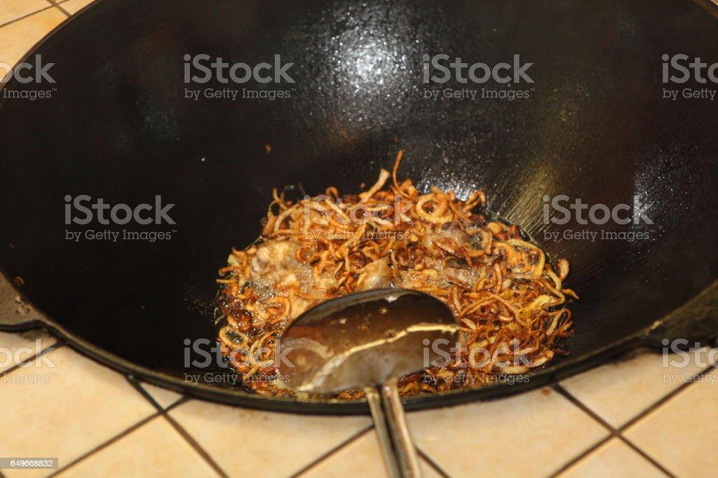 Préparation du riz pilaf avec de la viande dans un grand bol - Photo