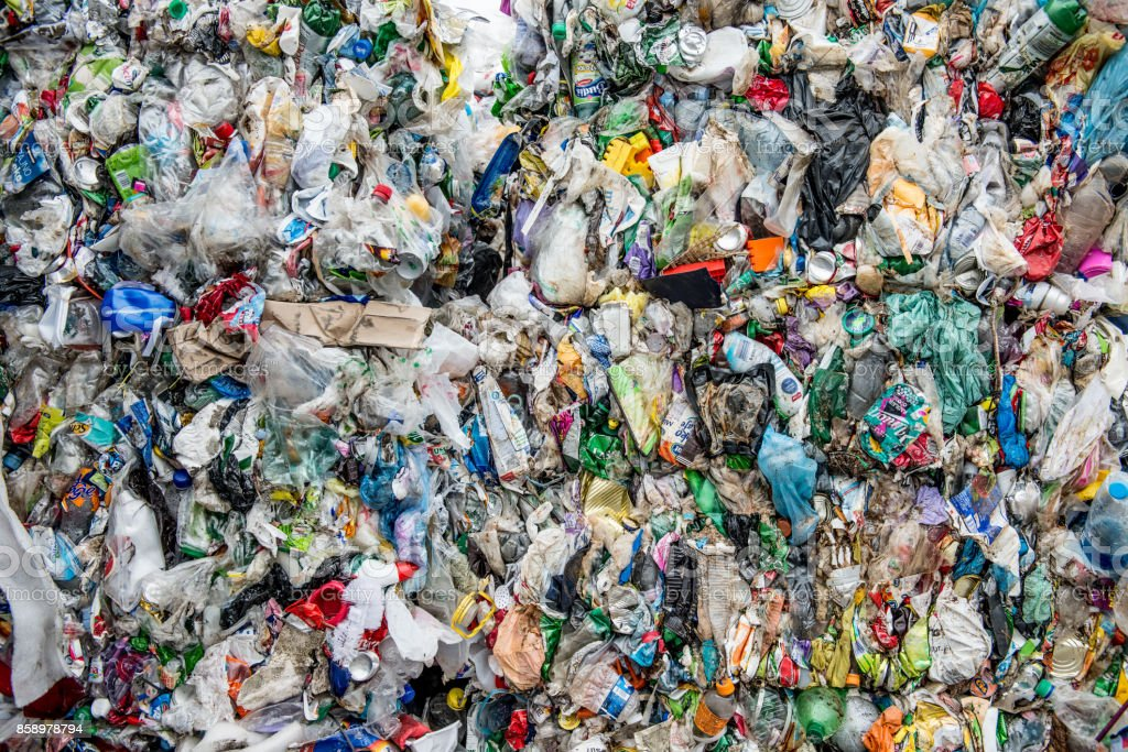 Preparación de basuras plástico para reciclaje - foto de stock