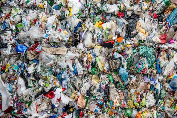 préparation de poubelle en plastique pour le recyclage - détritus photos et images de collection