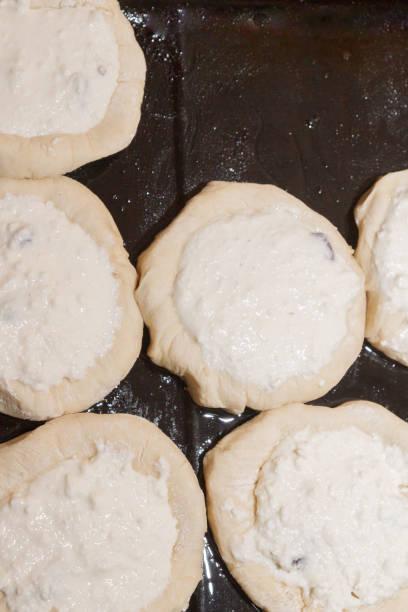 zubereitung von runden käsekuchen mit hüttenkäse und rosinen - quark öl teig stock-fotos und bilder