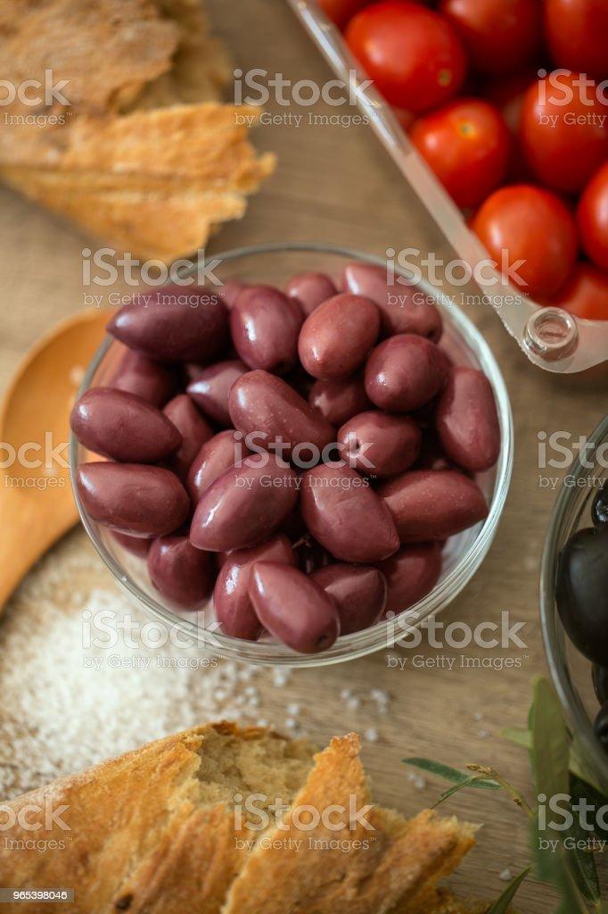 preparation olives in the bowl served for snack zbiór zdjęć royalty-free