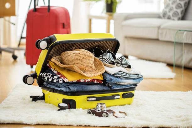 vorbereitung reise koffer zu hause - gepäck verpackung stock-fotos und bilder