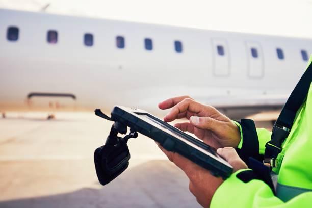 bereidingen van passagiers vliegtuig op de luchthaven - vliegveld stockfoto's en -beelden