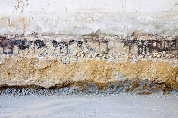 voorbereidende fase voor de bouw van een geventileerde kruipruimte in een oude bakstenen gebouw - radon test stockfoto's en -beelden