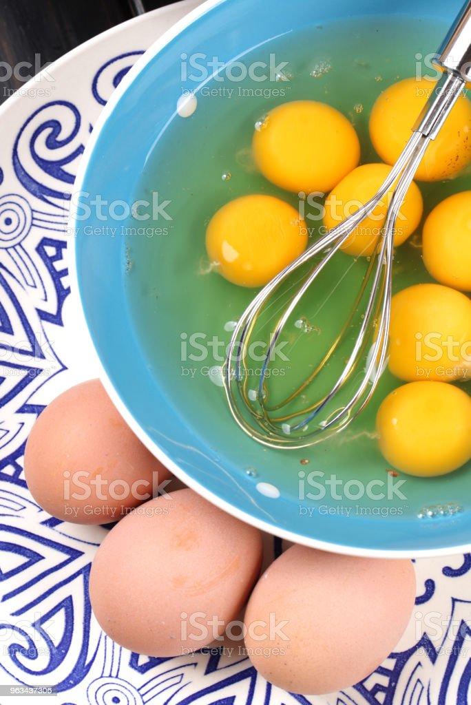 Préparé des oeufs dans un bol vert - Photo de Aliment libre de droits