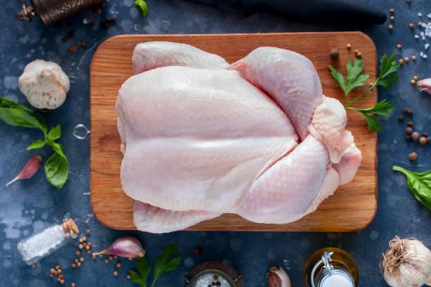 preparado o frango cru fresco para cozinhar em uma tábua de madeira, vista superior, foco seletivo - cru - fotografias e filmes do acervo
