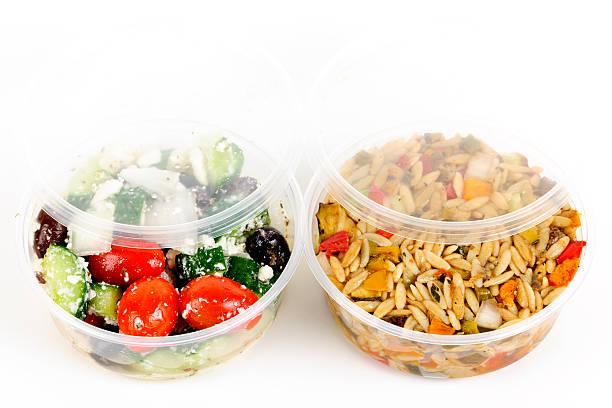 zubereitete salate in essen zum mitnehmen container - pasta deli stock-fotos und bilder