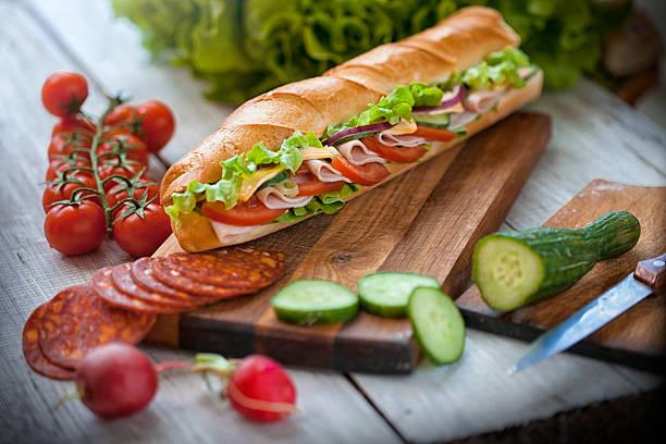vorbereitung eines fast-food - käse wurst salat stock-fotos und bilder