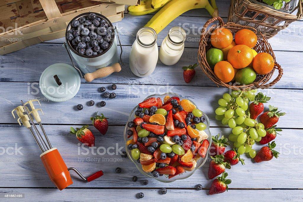 Preparar una saludable ensalada de frutas - Foto de stock de Aire libre libre de derechos