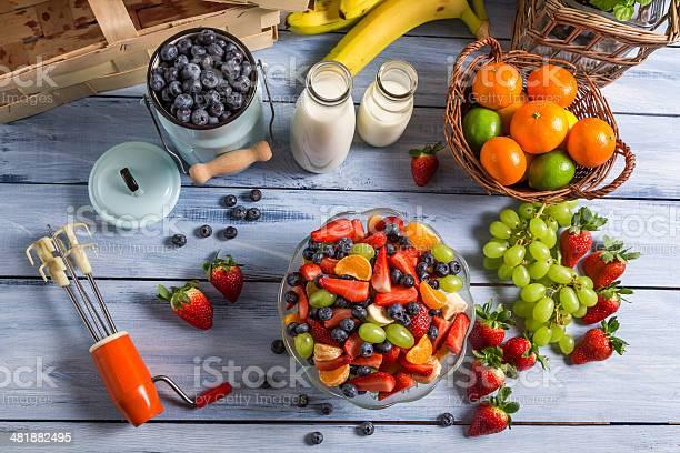 Preparar Una Saludable Ensalada De Frutas Foto de stock y más banco de imágenes de Aire libre