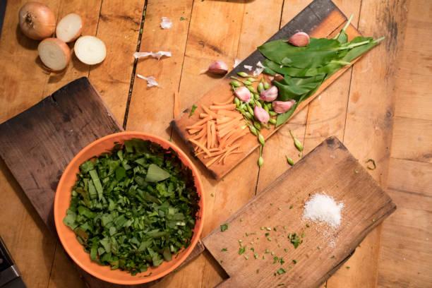 zubereitung eines esses mit ramson, zwiebeln, karotten und knoblauch - bärlauchsalz stock-fotos und bilder