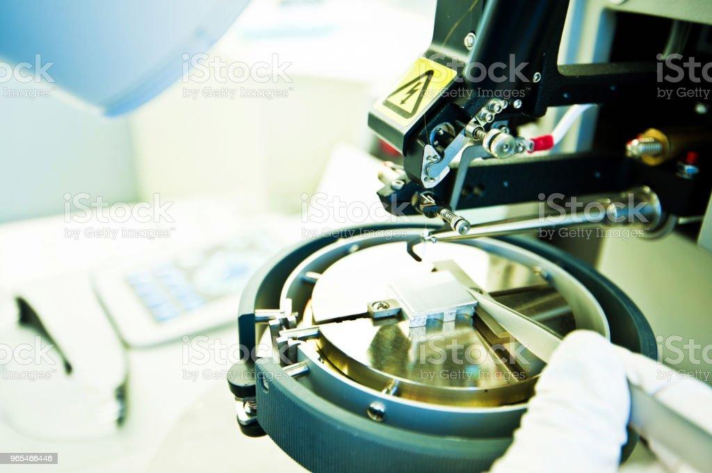 Preparación de un sostenedor del espécimen y pernos de punta de prueba de un microscopio en el laboratorio / salas limpias - foto de stock