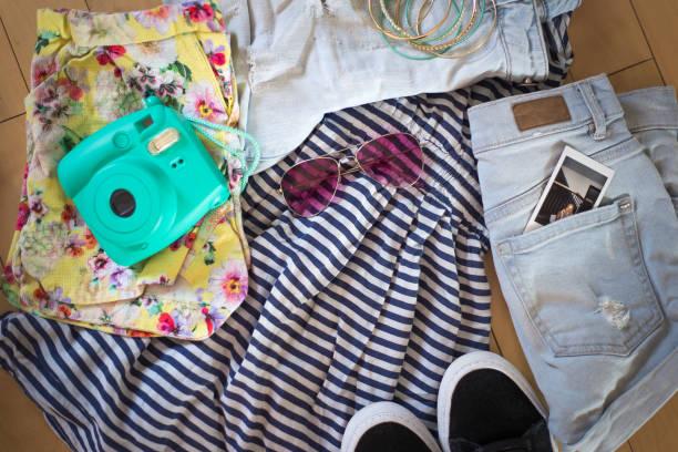 einen koffer vorbereiten - canda armband stock-fotos und bilder