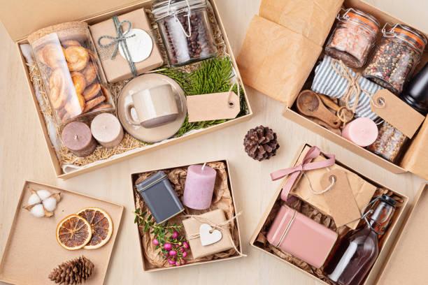 커피, 쿠키, 양초, 향신료, 컵이 있는 케어 패키지, 계절 선물 상자 준비 - 바구니 뉴스 사진 이미지