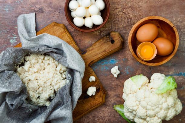 zubereitung blumenkohl pizza kruste. - gebackener blumenkohl stock-fotos und bilder