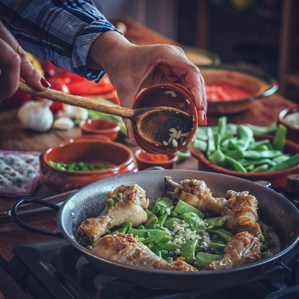 Préparation Paella de poulet aux haricots verts, petits pois et Paprika - Photo