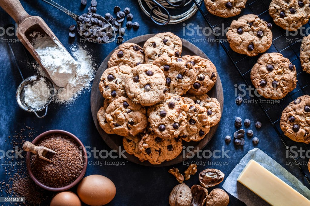 Preparing chocolate chip cookies - foto stock