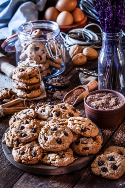 vorbereitung schokoladenkekse - hausgemachte zuckerplätzchen stock-fotos und bilder