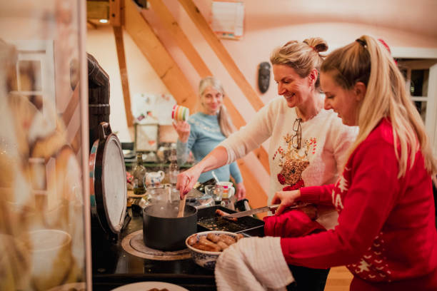 preparing christmas breakfast - christmas cooking foto e immagini stock
