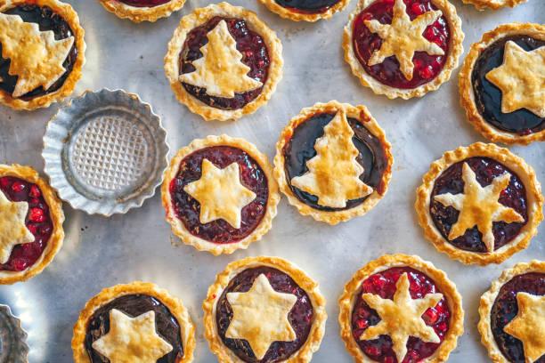 weihnachtsplätzchen mit marmelade in der heimischen küche vorbereiten - aufstrich weihnachten stock-fotos und bilder