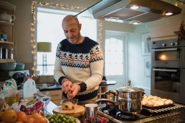 preparing christmas dinner - christmas cooking foto e immagini stock