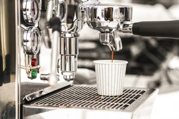 preparazione del caffè  - argento metallo caffettiera foto e immagini stock