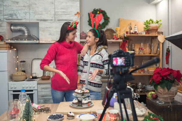 zubereitung von muffins und vlogs - küche deko blog stock-fotos und bilder