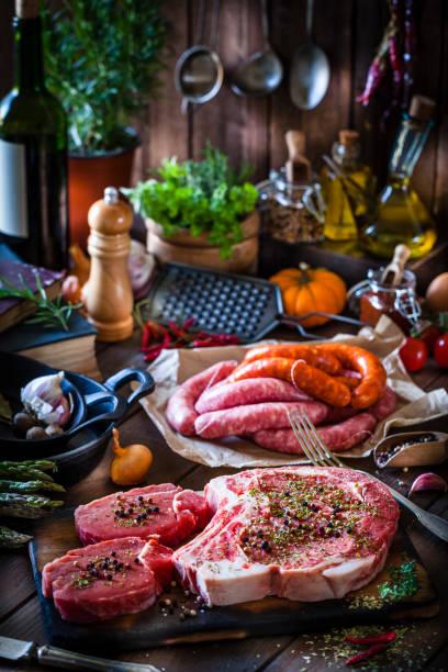Elaboración de solomillo de ternera y salchichas para cocinar - foto de stock