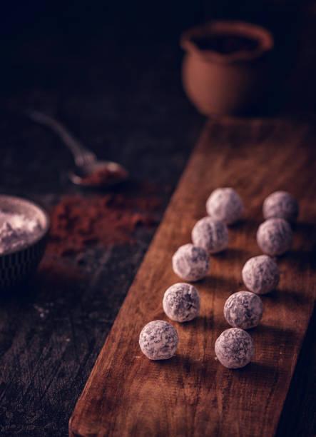 vorbereitung der feinsten hausgemachten pralinen - schokoladen trüffeltorte stock-fotos und bilder