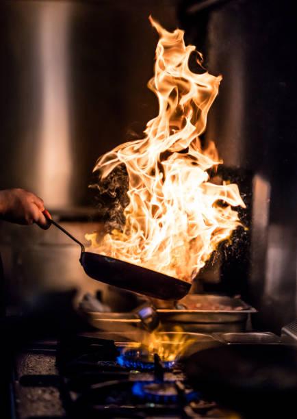 zubereitung der flamme - gourmet küche stock-fotos und bilder