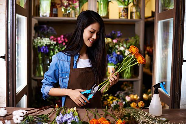 préparer des fleurs pour arranger - fleuriste photos et images de collection