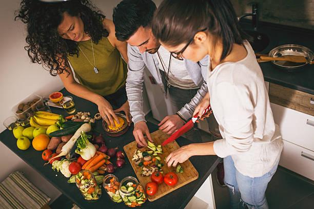 die zubereitung von speisen in der küche - partysalate stock-fotos und bilder