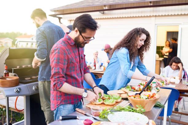 zubereitung von speisen für dinner-party - partysalate stock-fotos und bilder