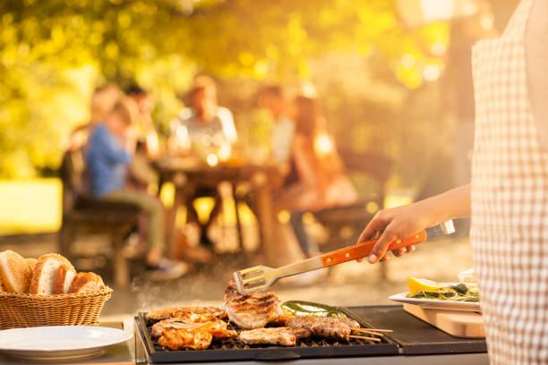 przygotowanie jedzenia dla rodziny na pikniku - grillowany zdjęcia i obrazy z banku zdjęć
