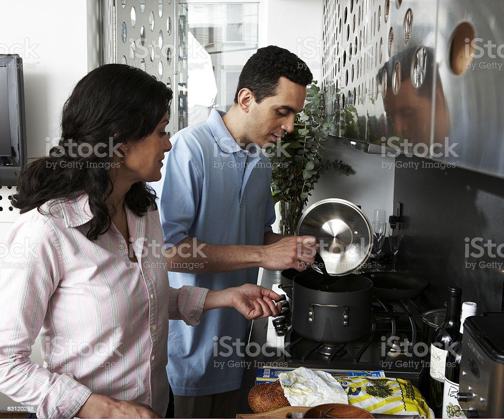 Preparare il cibo in cucina moderna foto stock royalty-free