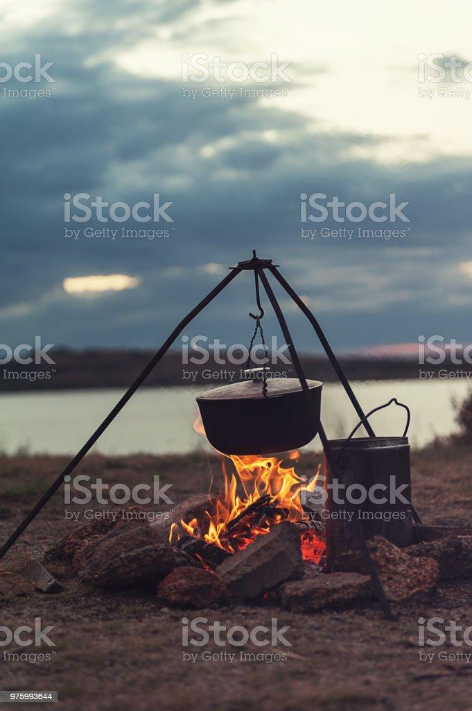 Die Zubereitung von Speisen am Lagerfeuer – Foto