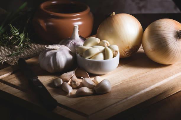 preparing food - aglio alliacee foto e immagini stock