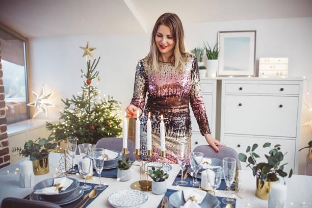vorbereitung für das weihnachtsessen - kleid mit verzierung stock-fotos und bilder