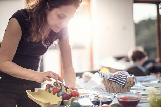 vorbereitung ostern - decoupage kunst stock-fotos und bilder