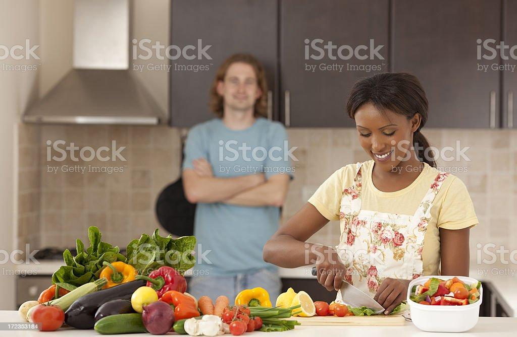 Preparar una ensalada de vegetales frescos. foto de stock libre de derechos