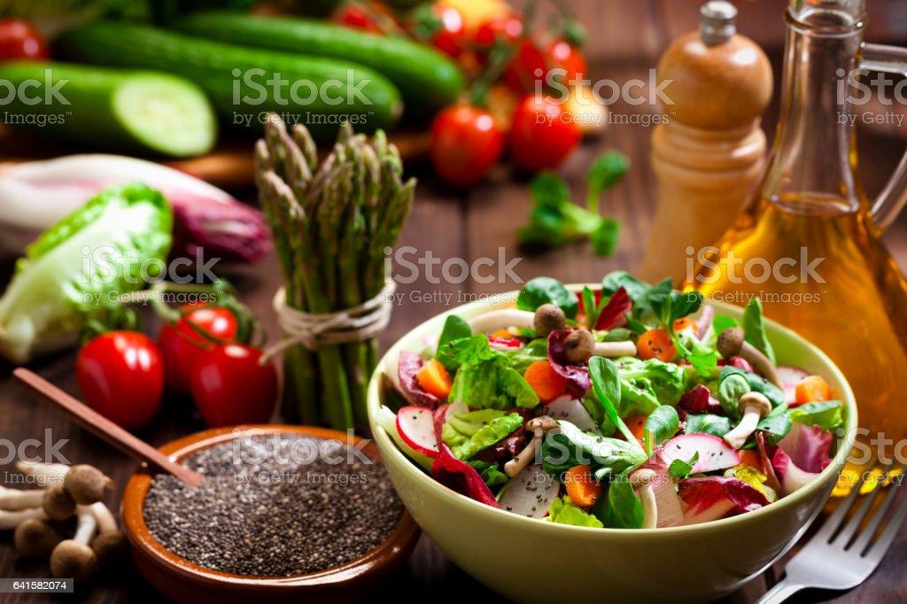 素朴な木のテーブルにチア種子のヘルシー サラダの準備 ストックフォト