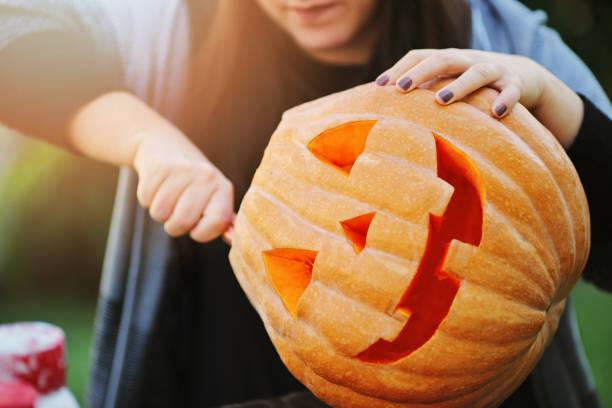 vorbereitung ihrer dekoration für halloween - schnitzmesser stock-fotos und bilder